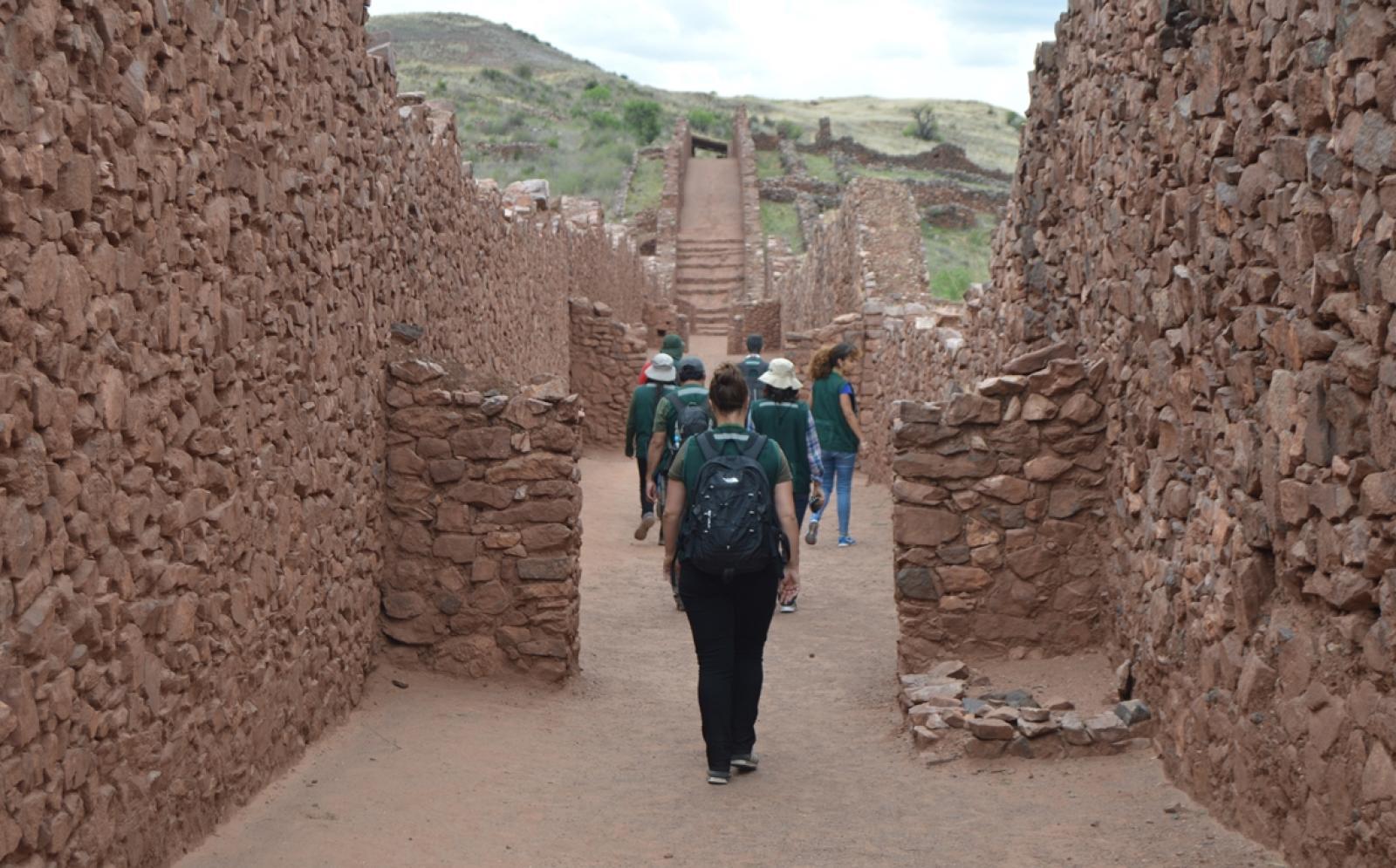 貴重な歴史が眠る遺跡発掘現場を行く考古学ボランティアたち